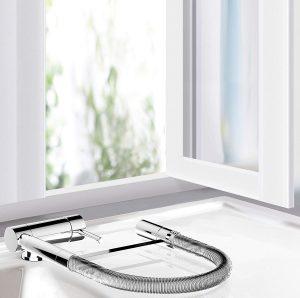 robinet rabattable devant une fenêtre